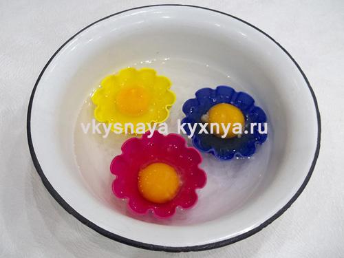 Силиконовые формочки с яйцами в миске
