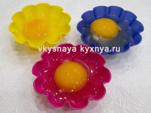 Вбитые в силиконовые формочки яйца