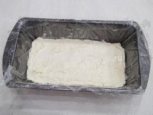 Взбитое белое суфле в форме