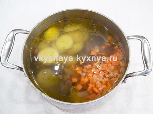 Добавление моркови и картофеля