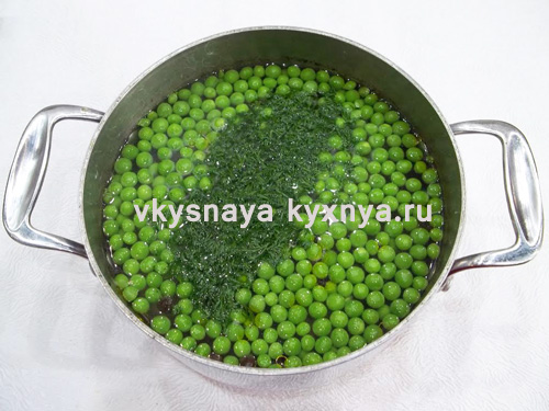 Добавление зеленого горошка и укропа