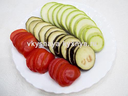 Нарезанные кольцами овощи