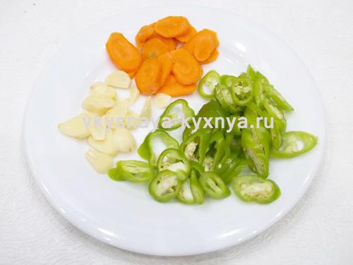 Нарезанный острый перец и овощи