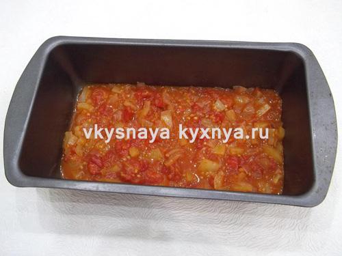 Томатный соус на дне формы