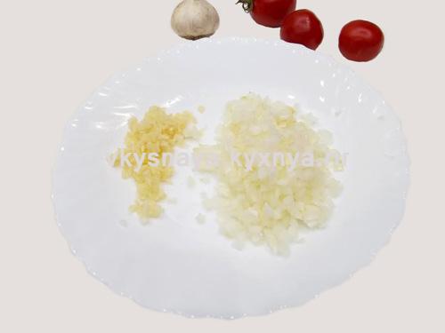 Мелко нарезанные лук и чеснок