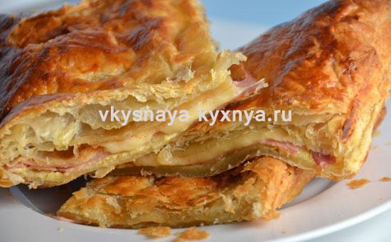 Пирог из слоеного теста с ветчиной и сыром