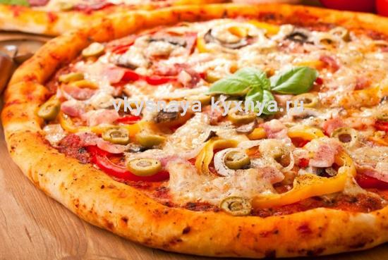 Пицца с курицей и помидорами