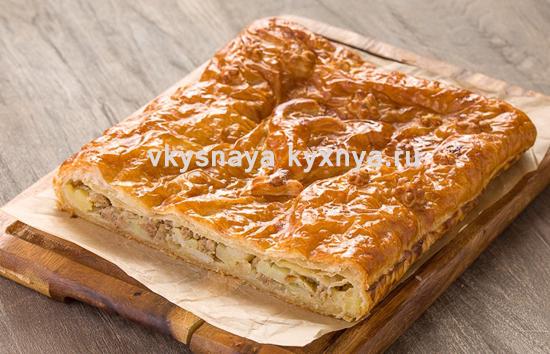 Пирог с мясным фаршем и картошкой из слоеного теста