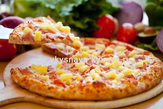 Пицца с ветчиной и ананасами по-гавайски