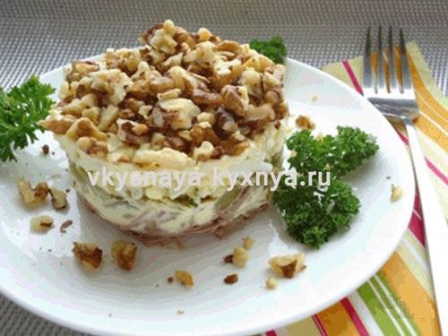 Салат с курицей, яблоком, грецким орехом и сыром