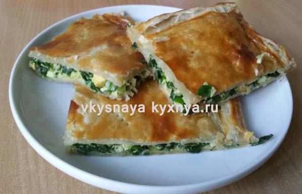 Пирог из слоеного теста с яйцом и зеленым луком