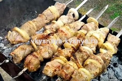 """Шашлык из свинины с майонезом и луком на """"Нарзане"""": рецепт из записной книги"""