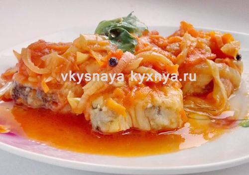 Тушеная рыба с морковью и луком в томатном соусе