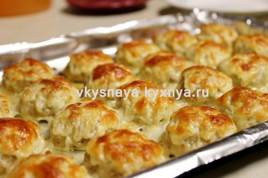 Куриные тефтели, запеченные в духовке в сливочно-сырном соусе