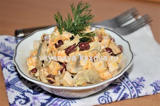 Салат с курицей, грибами и фасолью консервированной