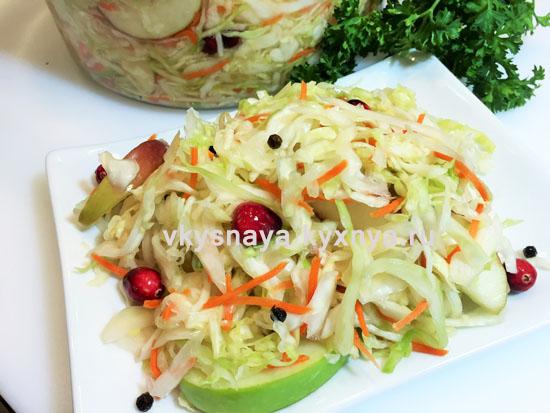 Квашенная капуста с яблоками, морковью и клюквой на зиму