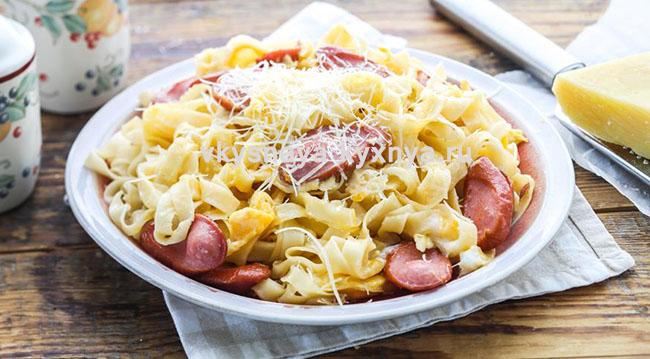 Макароны с сыром, яйцом и сосисками: рецепт на сковороде