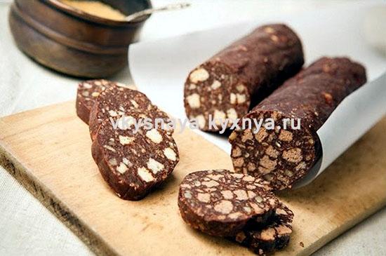 Шоколадная колбаска из печенья со сгущенкой без выпечки