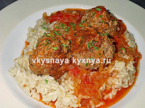 Тефтели в томатно-сметанном соусе с гарниром из отварного риса