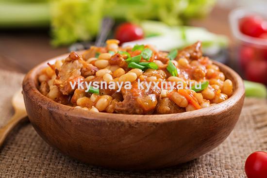 Свинина тушеная с овощами и фасолью на сковороде
