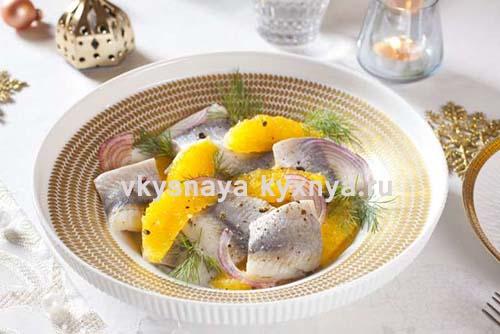 Оригинальный салат с селедкой и апельсином