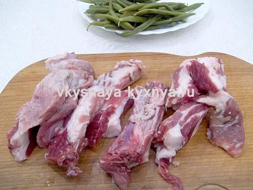Нарежем свиные ребра.