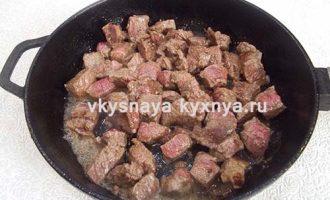 Обжарим мясо в сковороде.