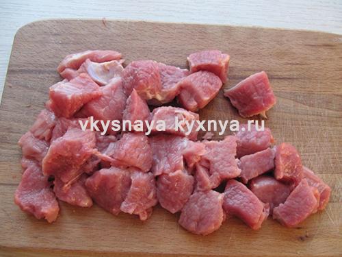 Нарежем кусочками мясо.