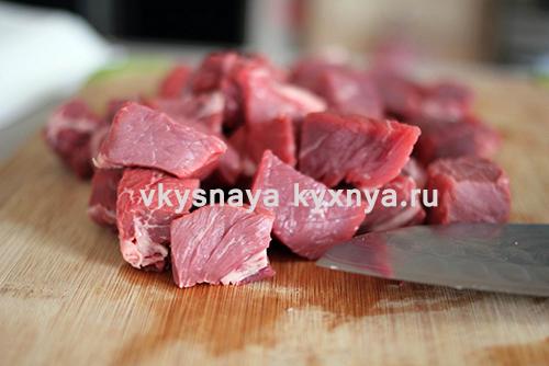 Мясо нарезаем небольшими кусочками.
