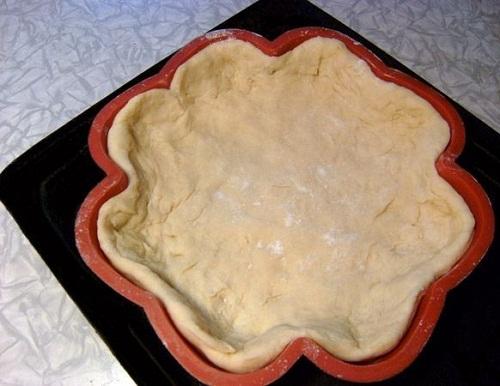 Распределим тесто по форме